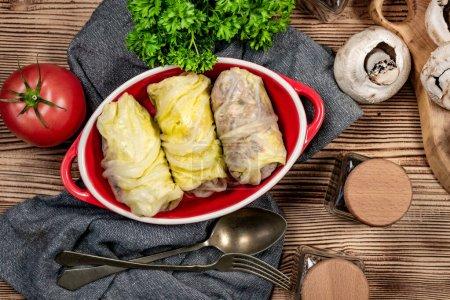 Photo pour Rouleaux de chou farcis à la viande et aux légumes. - image libre de droit