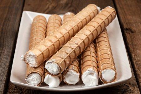 Photo pour Tube sucré avec crème fouettée. Concentration sélective . - image libre de droit