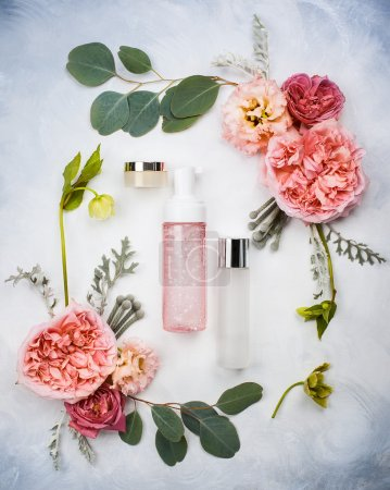 Photo pour Ensemble de produits de soins de la peau et de fleurs - image libre de droit