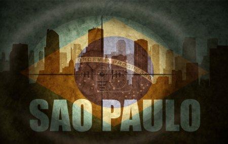 Photo pour Champ d'application de sniper visant à la silhouette abstraite de la ville avec le texte Sao Paulo au drapeau brésilien millésime - image libre de droit
