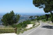 Asfaltová silnice od Mont Faron v Toulon Francie