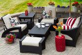 Gemütlichen Patio-Möbel auf Luxus-Terrasse