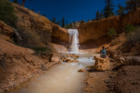 Photo pour Backpacker fille Exploring Bryce Canyon cascade près de Mossy Cave Usa voyage paysages - image libre de droit
