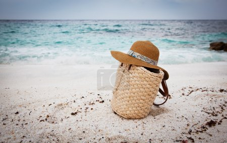Foto de Sombrero de paja y el bolso en una playa tropical - Imagen libre de derechos