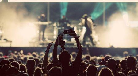 Photo pour Foule au concert et lumières de scène floues - image libre de droit
