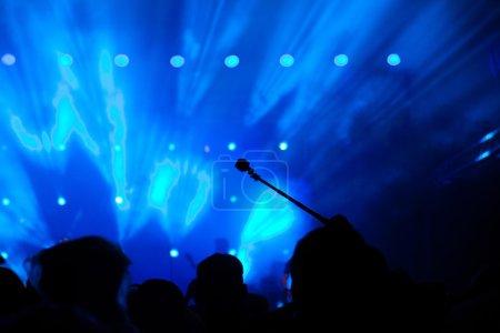 Photo pour Foule aux feux de concert et scène - image libre de droit