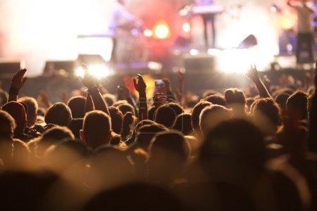 Photo pour Foule au concert - image libre de droit