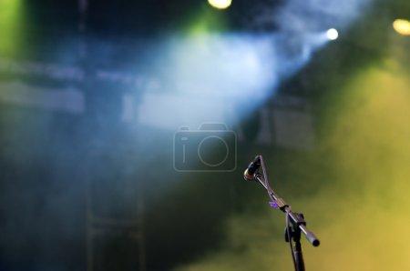 Photo pour Microphone dans les lumières de scène - image libre de droit