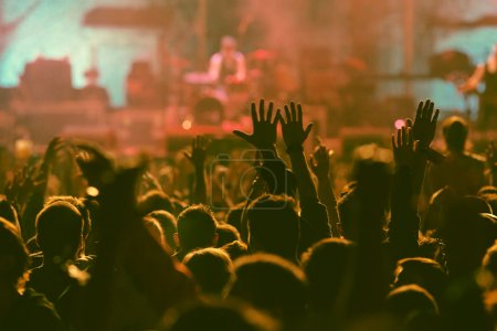 Photo pour Foule au concert - photo de style rétro - image libre de droit