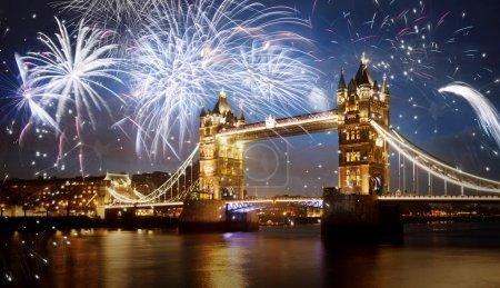 Photo pour Pont de la tour avec feu d'artifice, nouvel an à Londres, Uk - image libre de droit