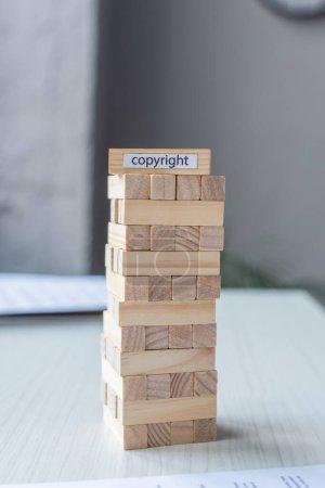 Blockiert Holz Turm Spiel mit Urheberrecht Schriftzug auf verschwommenem Hintergrund