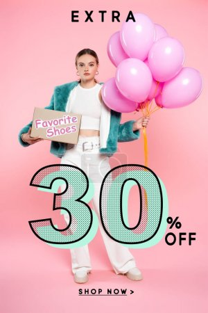 Photo pour Jeune femme tenant boîte en carton avec des chaussures et des ballons préférés tout en se tenant près de 30 pour cent supplémentaires de lettrage sur rose - image libre de droit