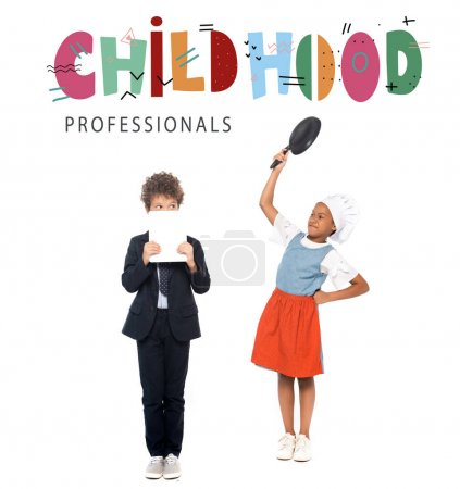 Photo pour Afro-américain enfant prétendant femme au foyer et tenant poêle près du garçon en costume et des professionnels de l'enfance lettrage sur blanc - image libre de droit