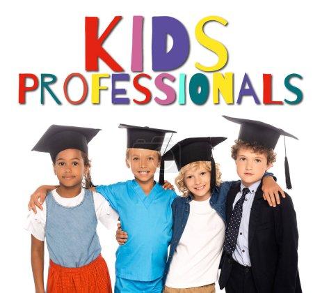 Photo pour Enfants multiculturels en casquettes de graduation vêtus de costumes de différentes professions près des enfants professionnels lettrage sur blanc - image libre de droit