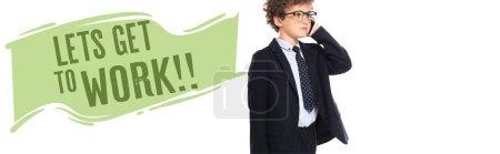 Photo pour Garçon bouclé en costume et lunettes parler sur smartphone près permet de se rendre au travail lettrage sur blanc, bannière - image libre de droit