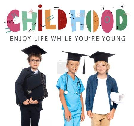 Photo pour Enfants en casquettes de fin d'études vêtus de costumes de différentes professions près de l'enfance, profiter de la vie pendant que vous êtes jeune lettrage sur blanc - image libre de droit