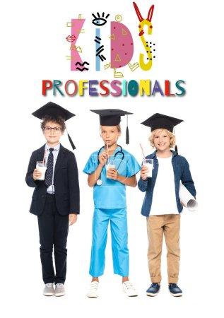 Photo pour Enfants en casquettes de graduation vêtus de costumes de différentes professions tenant des lunettes avec du lait près des enfants professionnels lettrage sur blanc - image libre de droit