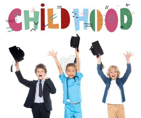 Photo pour Enfants excités habillés en costumes de différentes professions tenant casquettes de graduation noires au-dessus des têtes près de lettrage d'enfance sur blanc - image libre de droit