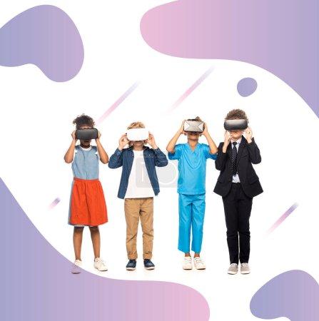 Photo pour Enfants multiculturels vêtus de costumes de différentes professions touchant des casques de réalité virtuelle près de l'illustration pourpre sur blanc - image libre de droit