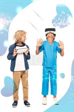 Photo pour Bouclé garçon regardant gamin en réalité virtuelle casque geste près de l'illustration sur blanc - image libre de droit