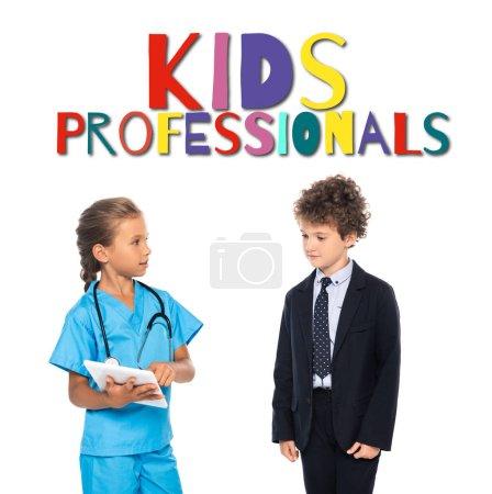 Photo pour Enfant en costume de médecin à l'aide d'une tablette numérique près de garçon bouclé dans l'usure formelle et les enfants professionnels lettrage sur blanc - image libre de droit