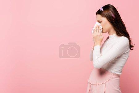 Photo pour Jeune jolie femme enceinte avec nez qui coule isolé sur rose - image libre de droit