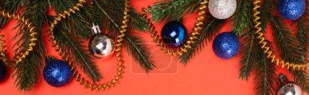 Photo pour Vue du dessus de l'arbre de Noël décoré sur fond rouge, bannière - image libre de droit