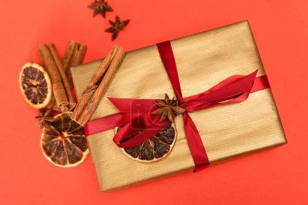 Photo pour Vue du dessus du cadeau avec des épices sur fond rouge - image libre de droit
