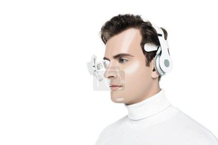 Photo pour Portrait d'homme cyborg en lentille oculaire numérique et écouteurs isolés sur blanc - image libre de droit