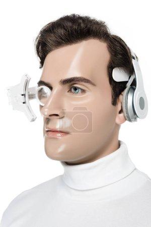 Porträt von Cyborg in digitaler Augenlinse und Kopfhörer isoliert auf Weiß