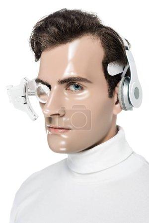 Photo pour Brunette cyborg en casque et lentille oculaire regardant la caméra isolée sur blanc - image libre de droit