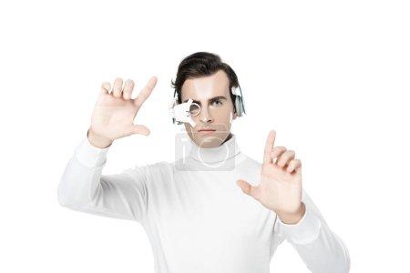 Photo pour Cyborg dans le casque et la lentille oculaire toucher quelque chose d'isolé sur blanc - image libre de droit