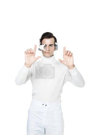 Morena cyborg en lente de ojo digital y auriculares usando algo aislado en blanco