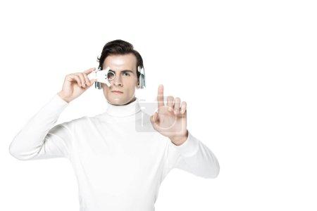 Photo pour Cyborg dans les écouteurs et la lentille oculaire numérique toucher quelque chose d'isolé sur blanc - image libre de droit
