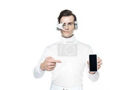 Photo pour Cyborg dans la lentille oculaire et les écouteurs pointant du doigt vers le smartphone avec écran blanc isolé sur blanc - image libre de droit