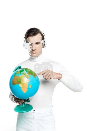 Photo pour Cyborg dans la lentille oculaire et les écouteurs pointant vers le globe et regardant la caméra isolée sur blanc - image libre de droit
