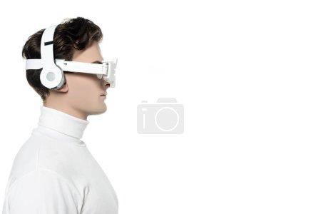 Photo pour Vue latérale du cyborg dans les écouteurs et lentille oculaire isolés sur blanc - image libre de droit