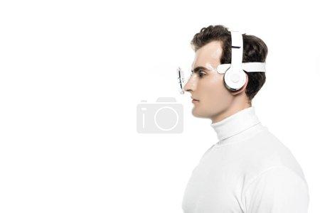 Photo pour Cyborg dans les écouteurs et la lentille oculaire numérique regardant loin isolé sur blanc - image libre de droit