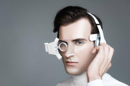 Cyborg homme en lentille numérique réglable casque isolé sur gris