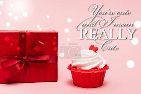Photo pour Cupcake de valentines avec coeur rouge près de cadeau et vous êtes mignon et je veux dire lettrage vraiment mignon sur fond rose - image libre de droit