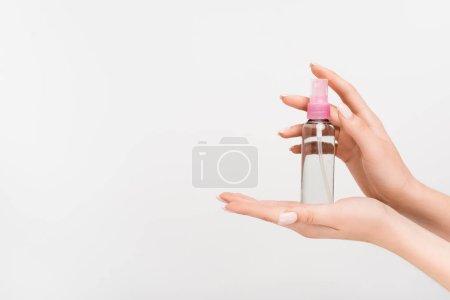 Photo pour Vue recadrée de la femme tenant le flacon pulvérisateur avec brouillard aromatique dans les mains isolées sur blanc - image libre de droit