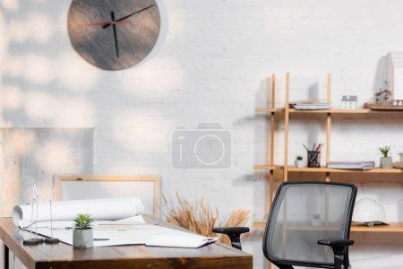 Photo pour Bureau avec plans et modèles d'éoliennes dans le bureau d'architecture - image libre de droit