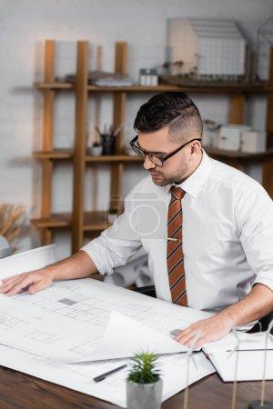 Photo pour Architecte concentré travaillant sur le projet dans le bureau - image libre de droit