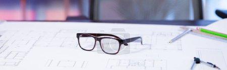 Photo pour Mise au point sélective des lunettes sur le plan dans l'agence d'architecture, bannière - image libre de droit