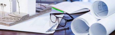 Photo pour Plans, maquette architecturale, lunettes et diviseur sur bureau, bannière - image libre de droit