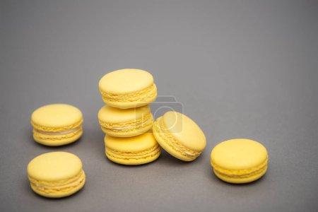 Photo pour Macarons jaunes doux sur fond gris - image libre de droit