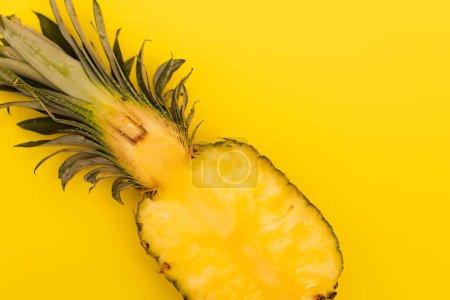 vista superior de la mitad de piña madura y fresca aislada en amarillo