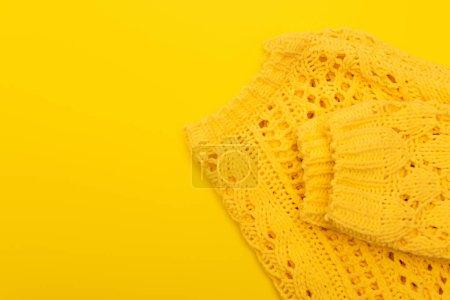 Photo pour Vue de dessus des vêtements mous tricotés isolés sur jaune - image libre de droit