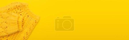 Photo pour Vue de dessus des vêtements mous tricotés isolés sur jaune, bannière - image libre de droit