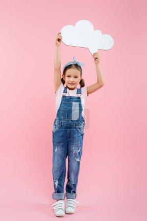 volle Länge des fröhlichen Kindes hält Gedankenblase über dem Kopf auf rosa